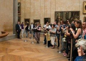 К Мона Лизе близко не подойти. Лувр.