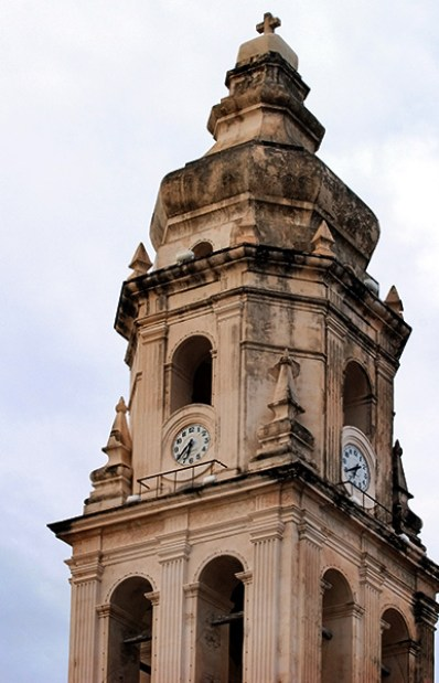 Одна из двух башен главного собора в Кампече.