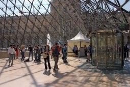 Вход в Лувр через пирамиду.