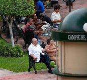 Отдыхающие на центральной площади. Кампече.