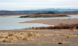 Кемпинг на берегу водохранилища Elephant Butte Reservoir.