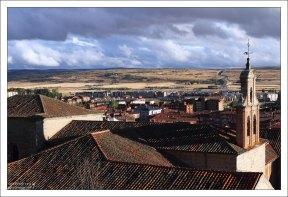Вид на современный город с высоты променада Paseo del Rastro. Авила, Испания.
