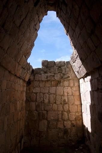 Одна из десяти ниш Большого Акрополя (Great Acropolis). Эцна.