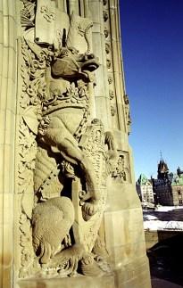 Гротескная фигура осла перед входом в Башню Мира. Парламентский Холм.