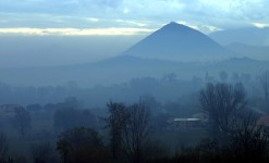 Гора Pola в утренней дымке.