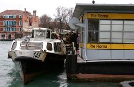 Один из видов общественного транспорта Венеции - motoscafo.