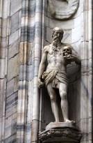 Одна из множества скульптур в нишах готического Duomo. Милан.