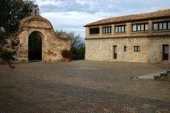 Внутренний дворик аббатства на вершине горы Monte Conero.