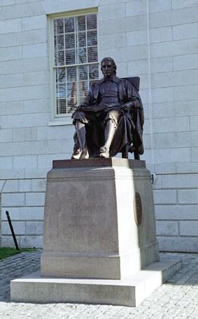 Статуя Джона Гарварда: место паломничества студентов, особенно перед экзаменами :) Кембридж.