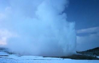 """Гейзер """"Old Faithful"""" во время извержения."""