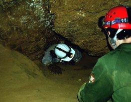Лаз такой узкий, что его даже не видно из-за выползающего человека. Wild Cave tour.