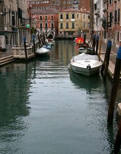 Типичная венецианская улочка.