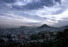 Холм Ликавиттос, возвышающийся над Афинами в утренней дымке.