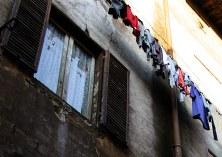 Вывешивание белья на всеобщее обозрение - отличительная черта итальянской жизни.