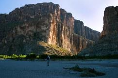 В каньоне Св. Елены. Левая скала - Мексика, правая - США.