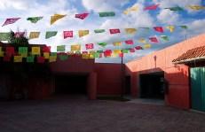 Разноцветные флажки над инфо-центром в Тулуме.
