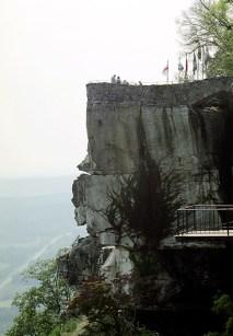 """Скала с романтическим названием """"Прыжок влюбленных"""". У основания можно разглядеть человеческое лицо в профиль."""
