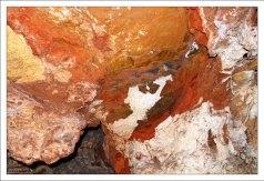 Разноцветные минеральные отложения на стенах Пещеры Ветра.