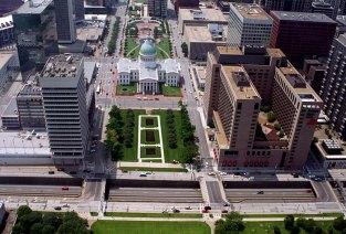 Панорама с вершины арки Gateway на деловой центр Сент-Луиса, Миссури.