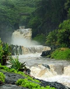 Водопады ущелья 'Ohe'o и небольшой мостик над ними.