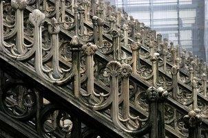 Бесчисленные архитектурные украшения готического Duomo. Милан.