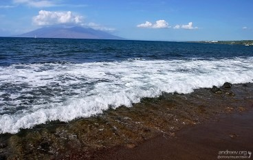 Прилив на пляже Макена.