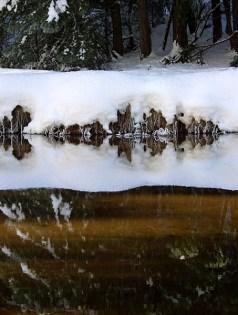 """Заснеженный берег озера """"Mirror lake""""."""