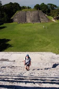 По ступенькам El Castillo, Шунантунич. Температура воздуха 40 С.
