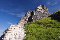 Лестница к фризу пирамиды El Castillo, Xunantunich.