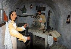 Куклы в погребе, демонстрирующие процесс разлития вина по бутылкам. Винный музей (Volcano wine museum).