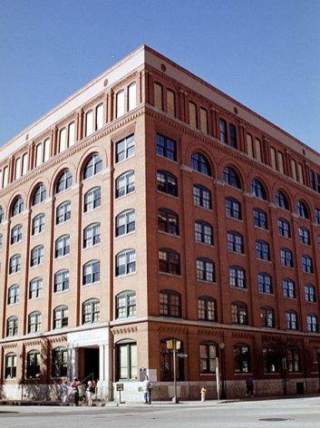 """Музей """"The 6th floor"""", посвященный президенту Дж.Ф. Кеннеди. Слева от угла, на 6-м этаже, видно окно из которого был убит президент 22 ноября, 1963 года. Даллас, Техас. Ноябрь, 2001 год."""