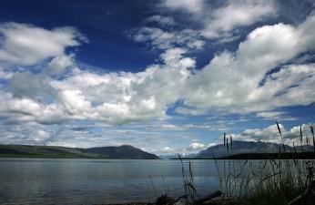 Пушистые облака над озером Naknek Lake.