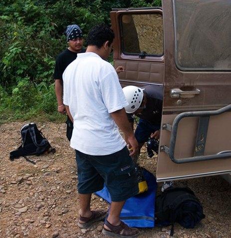 Приготовления перед походом в пещеру Actun Tunichil Muknal cave.