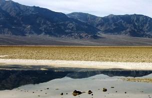 Горная гряда Panamint. Место под названием Badwater (плохая вода, имеется в виду - не питьевая).