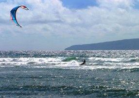 Серфинг с воздушным змеем в сверкающих водах Гавайев.