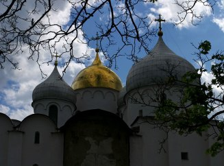 Купола Софийского собора. Средний купол позолочен еще в 16-м веке. Великий Новгород.