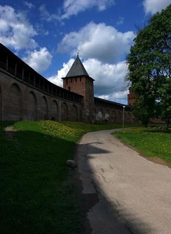 Внутренняя прогулочная дорожка вдоль стен Кремля. Великий Новгород.