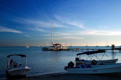 Пирс и яхты на дальнем конце деревни Плаценсия. Новый Год.