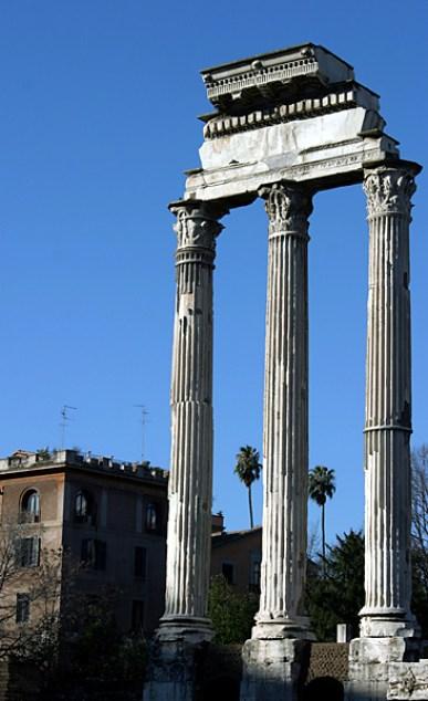 Три изящных колонны храма Диоскуров. Римский Форум.
