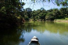 Нос каноэ и Belize river.