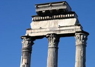 Изящные колонны храма Кастора и Полукса (Диоскуров, братьев Елены Троянской).