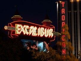 """Рекламные вывески казино """"Excalibur"""" и """"Tropicana""""."""