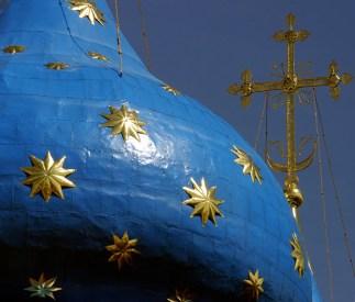 Десятиконечные золотые звезды на куполах Успенского собора. Троице-Сергиева Лавра.