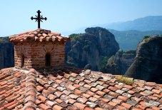 Черепичная крыша с крестом в монастыре Варлаама (Varlaam Monastery). Метеоры.