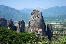 Монастырь Руссану или святой Варвары (Moni Agias Varvara Rousanou), примкнувший к скале. Метеоры.