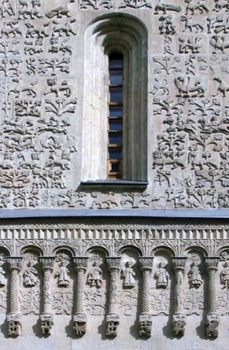 Восхитительная резьба по белому камню на стенах Дмитриевского собора. Владимир.