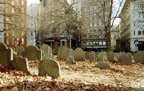 Old granary burying ground. Первые захоронения на кладбище датированы 1660-м годом. Здесь похоронены многие известные люди; в их числе Paul Revere и Samuel Adams.