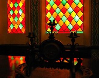 Цветные витражи в помещении Суздальской дегустации.