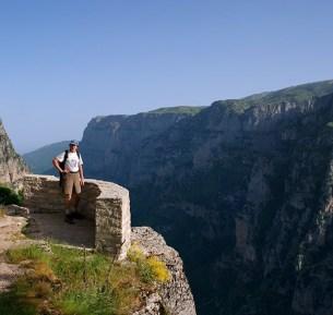 Обзорная площадка Oxia lookout на краю каньона Викос. Vikos-Aoos National Park.