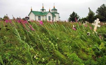 Кладбище перед церковью в деревне Нинильчик.